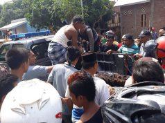 Proses Evakuasi Pelaku Pencurian yang Dikeroyok Massa oleh Aparat Kepolisian.